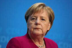 首相は2021年まで続けるが、影響力低下は避けられない(10月29日、首都ベルリンでの記者会見)