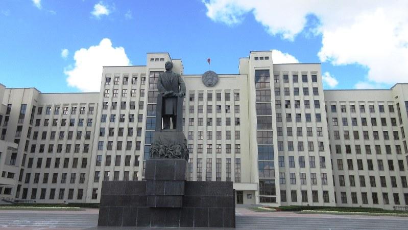 ミンスク駅前広場に今も建つレーニン像。背後のビルもスターリン的(写真は筆者撮影)