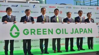 「グリーンオイルジャパン」を宣言したユーグレナの出雲充社長(中央)=2018年11月2日、田中学撮影