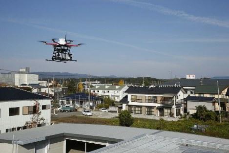 福島県浪江町の浪江郵便局に到着した、荷物を積んだ小型無人機ドローン=2018年11月7日(代表撮影)