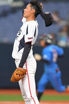 【NTT西日本―三菱日立パワーシステムズ】延長十二回表NTT西日本2死二、三塁、日下部(奥)に3点本塁打を許し打球の行方を追う三菱日立パワーシステムズの本多=京セラドーム大阪で2018年11月6日、山崎一輝撮影