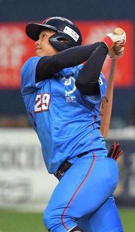 【NTT西日本―三菱日立パワーシステムズ】延長十二回表NTT西日本2死二、三塁、日下部が左越え3点本塁打を放つ=京セラドーム大阪で2018年11月6日、山崎一輝撮影