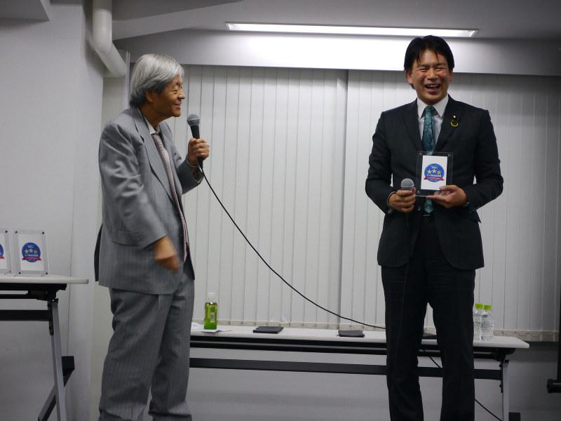 田原総一朗会長から表彰された大西健介議員