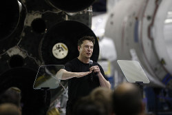 スペースXのロケット月周回旅行を発表するイーロン・マスク氏=米ロサンゼルス郊外ホーソーンで9月17日