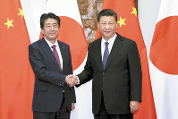 会談を前に握手する安倍晋三首相(左)と中国の習近平国家主席=北京の釣魚台迎賓館で2018年10月26日、新華社・AP