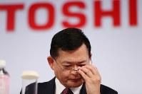 中期経営計画を発表し、厳しい表情を見せる東芝の車谷暢昭会長兼CEO=東京都港区で2018年11月8日午後4時7分、小川昌宏撮影