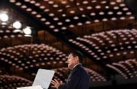 中期経営計画を発表する東芝の車谷暢昭会長兼CEO=東京都港区で2018年11月8日午後3時25分、小川昌宏撮影