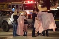 銃乱射事件の現場近くで抱き合って慰め合う人々=米西部カリフォルニア州サウザンドオークスで8日、AP
