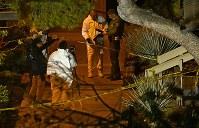 銃乱射事件の現場近くに集まる捜査員ら=米西部カリフォルニア州サウザンドオークスで8日、AP