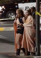 銃乱射事件の現場近くで慰め合う人々=米西部カリフォルニア州サウザンドオークスで8日、AP