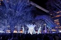 イルミネーションに照らされる博多駅前=福岡市博多区で2018年11月8日午後6時37分、徳野仁子撮影