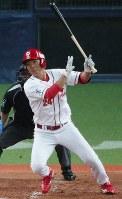 【日本生命―NTT西日本】四回表日本生命1死一塁、広本が右前打を放つ=京セラドーム大阪で2018年11月8日、幾島健太郎撮影
