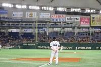 【巨人―MLBオールスターチーム】一塁のコーチャーズボックスに立つMLBオールスターチームの松井秀喜コーチ=東京ドームで2018年11月8日、宮武祐希撮影