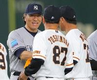 【巨人―MLBオールスターチーム】試合前の巨人とのキャップ交換で、笑顔を見せるMLBオールスターチームの松井秀喜コーチ(左)=東京ドームで2018年11月8日、宮武祐希撮影