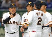 【巨人―MLBオールスターチーム】試合前、選手たちとグータッチする巨人の原辰徳監督(左)=東京ドームで2018年11月8日、宮武祐希撮影