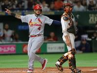 【巨人―MLBオールスターチーム】一回表MLBオールスターチーム2死二、三塁、ソトの遊撃への打球の間に生還した三塁走者・モリーナ(左)。右は巨人の捕手・小林=東京ドームで2018年11月8日、宮武祐希撮影