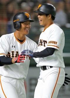 【巨人―MLBオールスターチーム】四回裏巨人1死二、三塁、左中間への打球がランニング本塁打となり、笑顔を見せる松原(右)=東京ドームで2018年11月8日、宮武祐希撮影