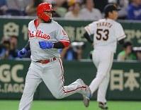 【巨人―MLBオールスターチーム】三回表MLBオールスターチーム無死二塁、モリーナの適時二塁打で生還する二塁走者・サンタナ(左)。右は巨人の先発・高田=東京ドームで2018年11月8日、宮武祐希撮影