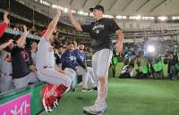【巨人―MLBオールスターチーム】巨人に勝利して喜ぶMLBオールスターチームの選手たち=東京ドームで2018年11月8日、宮武祐希撮影