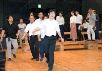 男女が追いかけっこする場面を練習する合唱団メンバー。最初は少し緊張気味だった=金沢市大和町の金沢市民芸術村で、久木田照子撮影