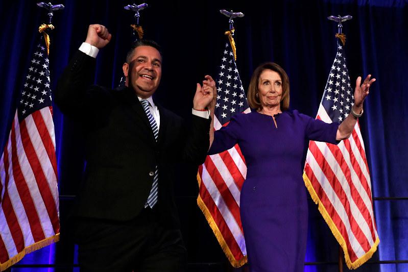 下院での勝利を有権者に報告する民主党下院トップのペロシ院内総務(右)(Bloomberg)