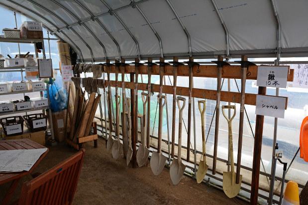 「シェア畑」に併設されたビニールハウスには、スコップなどの農具がそろう(杉並区浜田山で)