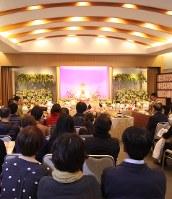 4年前、東京都世田谷区・感応寺で行われた合同ペット供養。祭壇には遺骨と遺影が飾られている=鵜飼秀徳さん提供