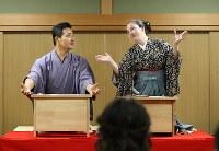 兄弟子の玉田玉秀斎さん(左)が英語で、旭堂南春さんが日本語で行う「同時通訳?!講談会」=大阪市中央区で、梅田麻衣子撮影