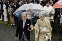 秋の園遊会に臨まれた天皇、皇后両陛下=東京・赤坂御苑で2018年11月9日午後2時36分、渡部直樹撮影