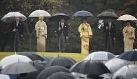 秋の園遊会に臨まれる天皇、皇后両陛下、皇太子ご夫妻、秋篠宮ご夫妻=東京・赤坂御苑で2018年11月9日午後2時15分、渡部直樹撮影