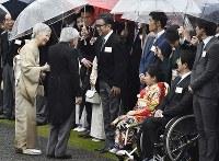 秋の園遊会で脚本家の三谷幸喜さん(中央)らと歓談される天皇、皇后両陛下=東京・赤坂御苑で2018年11月9日午後2時29分、渡部直樹撮影
