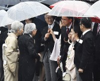 秋の園遊会で宇宙飛行士の金井宣茂さん(右から3人目)らと歓談される天皇、皇后両陛下=東京・赤坂御苑で2018年11月9日午後2時28分、渡部直樹撮影