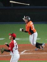 【JR東海―東芝】一回表JR東海2死一塁、中田が右越え2点本塁打を放つ(投手・岡野)=京セラドーム大阪で2018年11月9日、幾島健太郎撮影