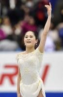 女子SPで演技を終え、観客の声援に応える宮原知子=広島市中区の広島県立総合体育館でで2018年11月9日、猪飼健史撮影