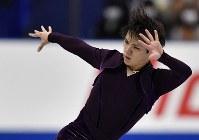 男子SPで演技を披露する宇野昌磨=広島市中区の広島県立総合体育館で2018年11月9日、猪飼健史撮影