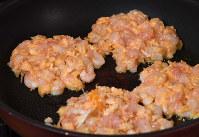 フライパンにオリーブオイルを熱し、両面焼きます=丸山博撮影