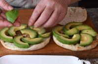 トースターでパンを焼き、半分にカット。アボカド、混ぜたエビをかけてパセリをのせます=丸山博撮影