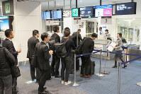 10月から番号順で機内へ案内しているANA国内線の搭乗口=東京都大田区の羽田空港で、米田堅持撮影
