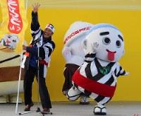 昨年のゆるキャラグランプリで4位に入り、喜ぶ三重県四日市市のキャラクター「こにゅうどうくん」と森智広・四日市市長=三重県桑名市で2017年11月、松本宣良撮影