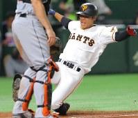 【巨人-MLBオールスターチーム】四回裏巨人1死二、三塁、左中間への打球を放ち、相手守備が乱れる間に生還する松原。ランニング本塁打となる=東京ドームで2018年11月8日、宮武祐希撮影
