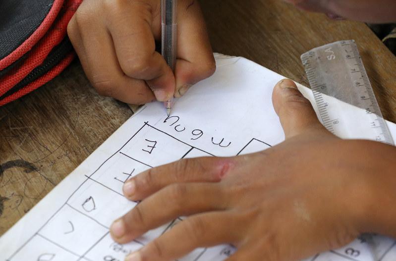 250a2fe0a18e8 「アウンティン平和学校」でアルファベットを書く練習をしていた男の子=バングラデシュで2018年9月22日、宮武祐希撮影