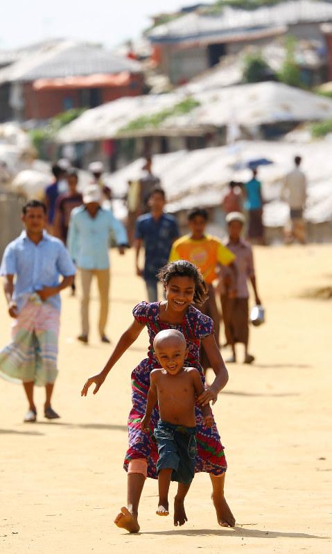 da96afaaaae70 走って遊ぶロヒンギャの子供たち=バングラデシュのバルカリキャンプで2018年9月21日、宮武祐希撮影