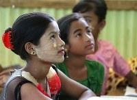 「アウンティン平和学校」で英語を学ぶロヒンギャの子供たち。外出する際には化粧をするのが習慣だという=バングラデシュ・クトゥパロンキャンプで2018年9月22日、宮武祐希撮影