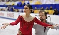 【フィギュアスケートNHK杯】アイスダンスのリズムダンスで2位になったケイトリン・ハワイエク(左)、ジャンルック・ベーカー組(米国)=広島市中区の広島県立総合体育館で2018年11月10日、猪飼健史撮影