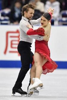 【フィギュアスケートNHK杯】アイスダンスのリズムダンスで2位になったケイトリン・ハワイエク(右)、ジャンルック・ベーカー組(米国)=広島市中区の広島県立総合体育館で2018年11月10日、猪飼健史撮影