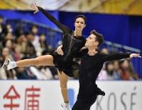【フィギュアスケートNHK杯】ペアで優勝したナタリア・ザビアコ(左)、アレクサンドル・エンベルト組(ロシア)=広島市中区の広島県立総合体育館で2018年11月10日、猪飼健史撮影