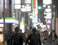 「半グレ」のメンバーによる事件やトラブルが相次ぐ大阪・ミナミの繁華街=大阪市中央区で2018年11月9日