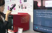 液晶テレビ「アクオス」のリモコンを通してオーブンレンジ「ヘルシオ」を操作=大阪府八尾市で、加藤美穂子撮影