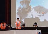 VRでながらスマホの危険性を体験する中学生ら=富山県高岡市で、森野俊撮影