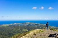 礼文島中部の礼文岳(標高490メートル)から北方を望むと、晴れた日にモネロン島の島影が見える